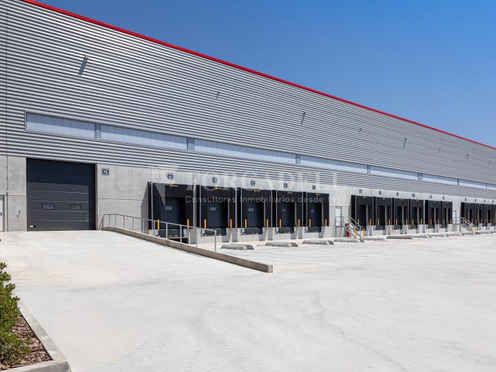 Nave logística en alquiler de 21.419 m² - Sant Esteve Sesrovires, Barcelona #3
