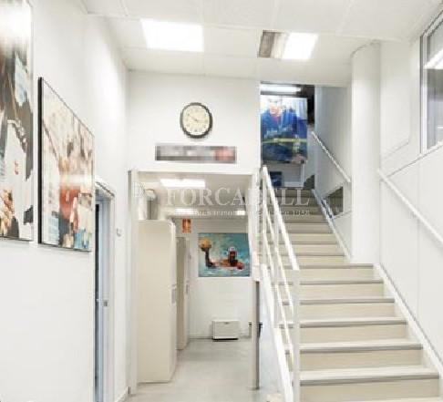 Oficina amb entrada directa a peu de carrer situada al barri del Poblenou. Barcelona. 2