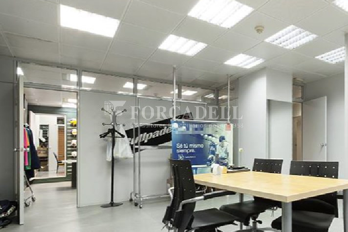 Oficina amb entrada directa a peu de carrer situada al barri del Poblenou. Barcelona. 3