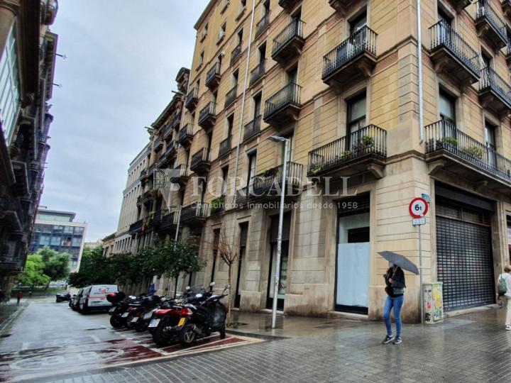 Local comercial cantoner situat al districte de Ciutat Vella, al barri del Raval. Barcelona.  1