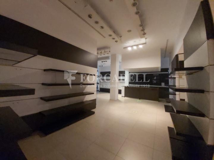 Local comercial cantoner situat al districte de Ciutat Vella, al barri del Raval. Barcelona.  13