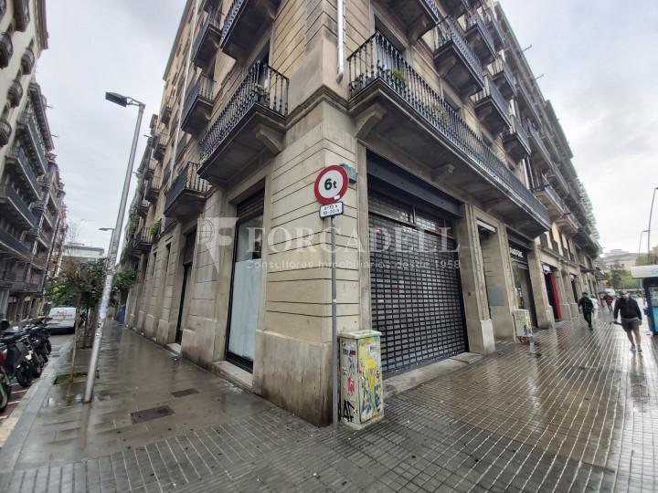 Local comercial cantoner situat al districte de Ciutat Vella, al barri del Raval. Barcelona.  2