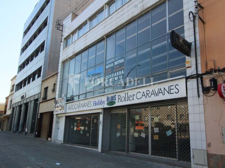Commercial building with 3 floors on the Castellar road in Terrassa. Barcelona. 2