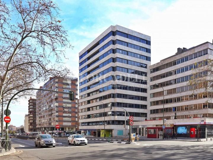 Oficina exterior i lluminosa en lloguer al carrer Alberto Alcocer. Madrid. #1