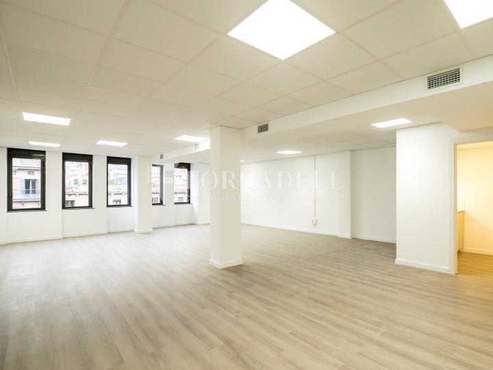 Oficina exterior y diáfana en la calle Aragó. Barcelona centro. 10