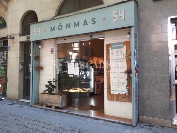 Local comercial situat al districte de l'Eixample, al barri de Sant Antoni. 1
