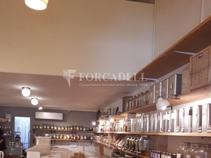 Local comercial situat al districte de l'Eixample, al barri de Sant Antoni. 4