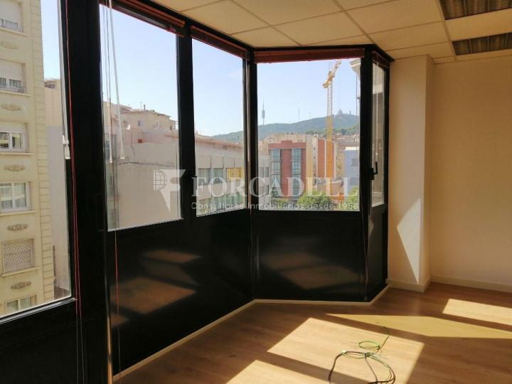 Oficina reformada a l'Av. Riera de Cassoles, pròxima a la plaça Lesseps. Barcelona 8
