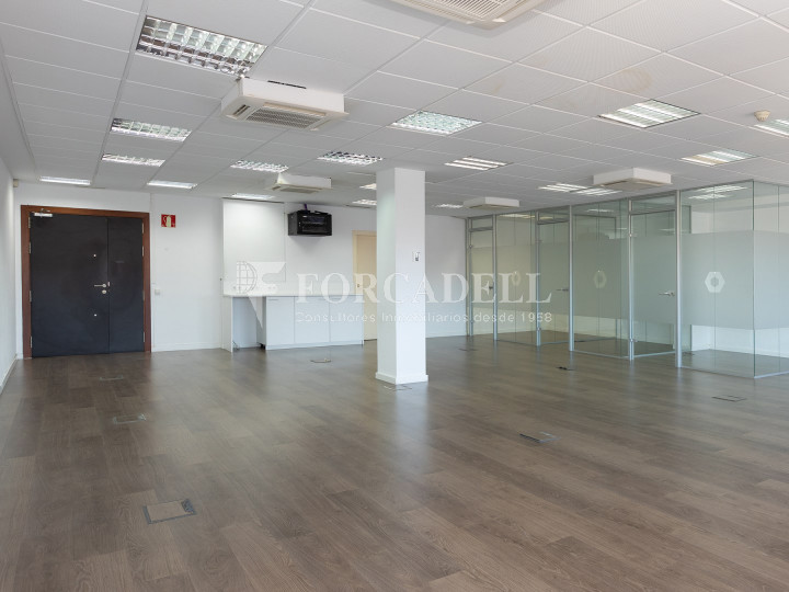 Oficina disponible en la Gran Via de les Corts Catalans, a pocs metres del carrer Pau Claris i pròxim a la plaça Catalunya. Barcelona. 3