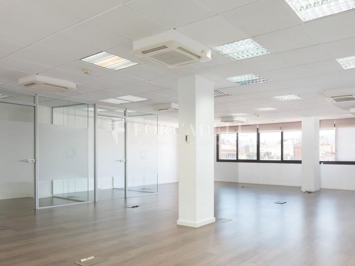 Oficina disponible en la Gran Via de les Corts Catalans, a pocs metres del carrer Pau Claris i pròxim a la plaça Catalunya. Barcelona. 4