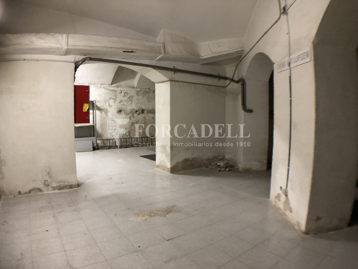 Local comercial esquinero situat en el districte de l'Eixample, en el barri de l'Eixample Esquerra. Barcelona.  16