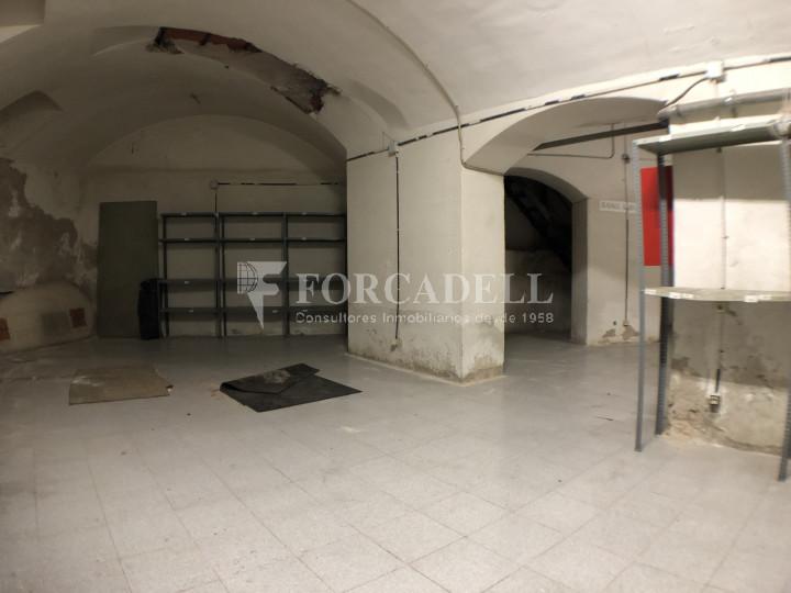 Local comercial esquinero situat en el districte de l'Eixample, en el barri de l'Eixample Esquerra. Barcelona.  21
