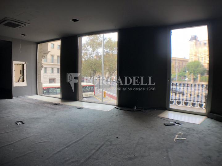 Local comercial esquinero situat en el districte de l'Eixample, en el barri de l'Eixample Esquerra. Barcelona.  3