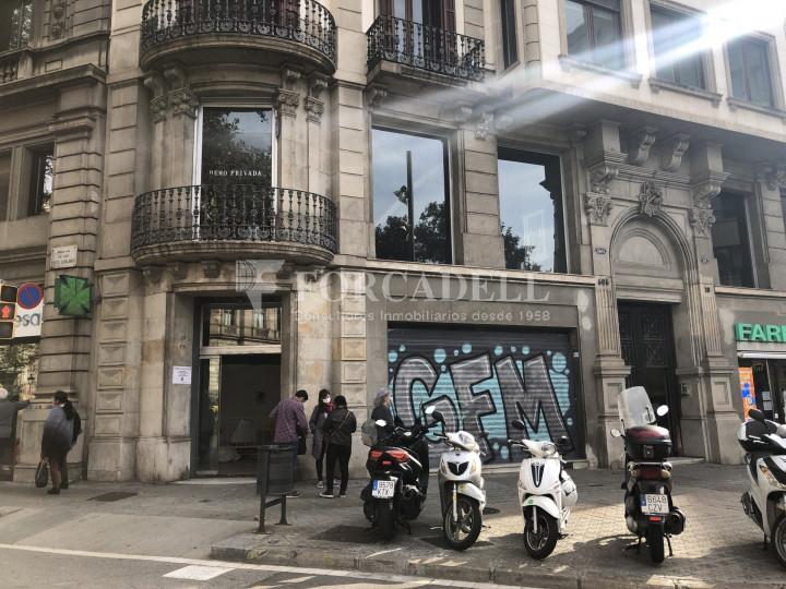 Local comercial esquinero situat en el districte de l'Eixample, en el barri de l'Eixample Esquerra. Barcelona.  28