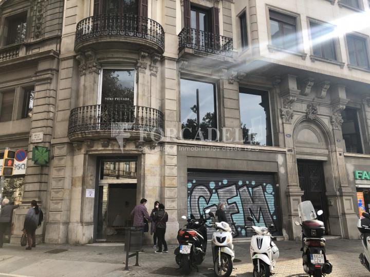 Local comercial esquinero situat en el districte de l'Eixample, en el barri de l'Eixample Esquerra. Barcelona.  29