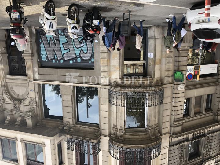 Local comercial esquinero situat en el districte de l'Eixample, en el barri de l'Eixample Esquerra. Barcelona.  30