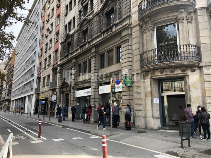 Local comercial esquinero situat en el districte de l'Eixample, en el barri de l'Eixample Esquerra. Barcelona.  32