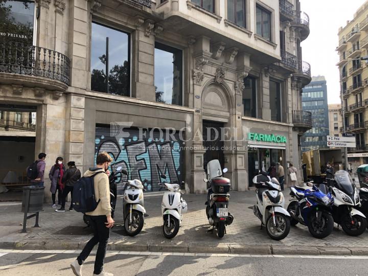 Local comercial esquinero situat en el districte de l'Eixample, en el barri de l'Eixample Esquerra. Barcelona.  33
