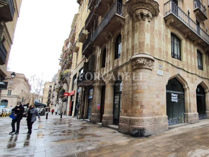 Local comercial cantoner situat a pocs metres de l'Avinguda del Marquès de l'Argentera, a Ciutat Vella. Barcelona. 1