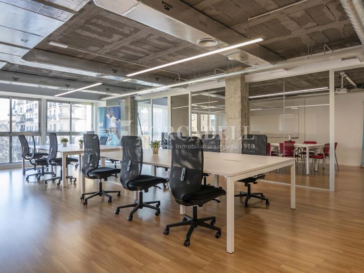 Oficina lluminosa de lloguer a la pl. Universitat, al centre de Barcelona. 1
