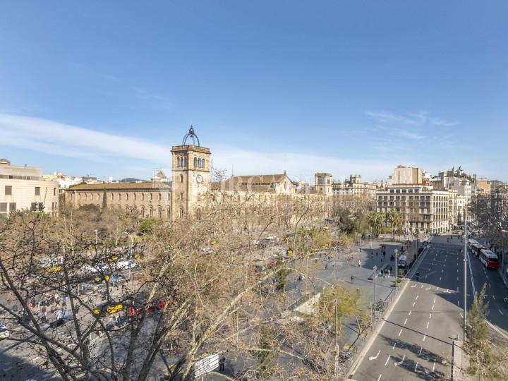 Oficina lluminosa de lloguer a la pl. Universitat, al centre de Barcelona. 10