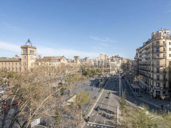 Oficina lluminosa de lloguer a la pl. Universitat, al centre de Barcelona. 11