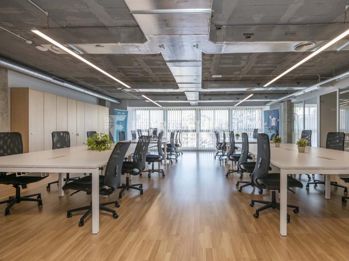 Oficina lluminosa de lloguer a la pl. Universitat, al centre de Barcelona. 2