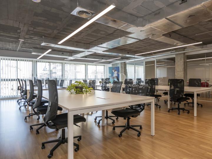 Oficina lluminosa de lloguer a la pl. Universitat, al centre de Barcelona. 5