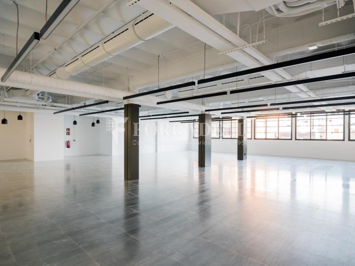 Edifici reformat en lloguer al 22@ de Barcelona. Av. Meridiana - C. Joan d'Àustria. 1