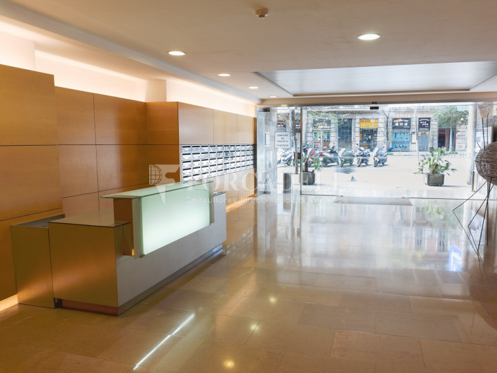 Oficina reformada i exterior a l'Eixample de Barcelona. C. Aragó. 2