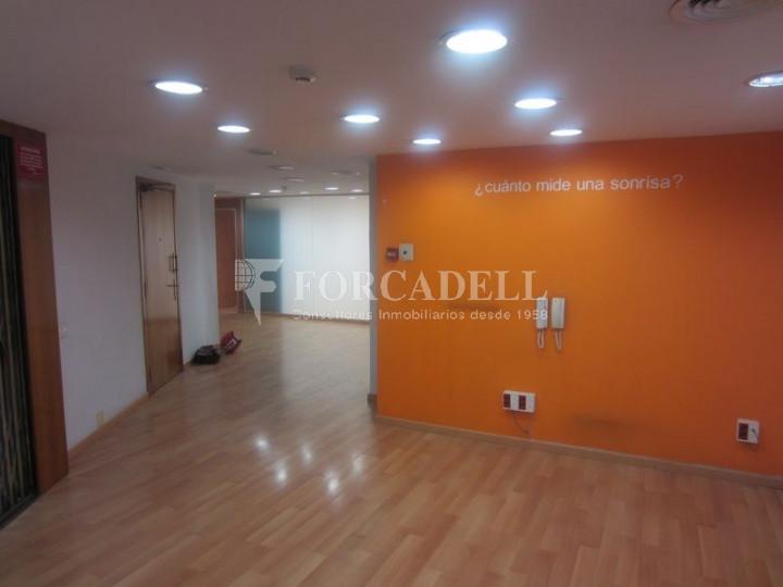 Oficina de lloguer o venda lluminosa i diàfana a la plaça Lesseps. Barcelona 3