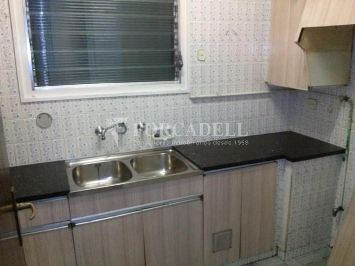 Pis en venda per actualitzar amd 4 dormitoris en el C/ Diputació, Barcelona. Ref. 06844 5