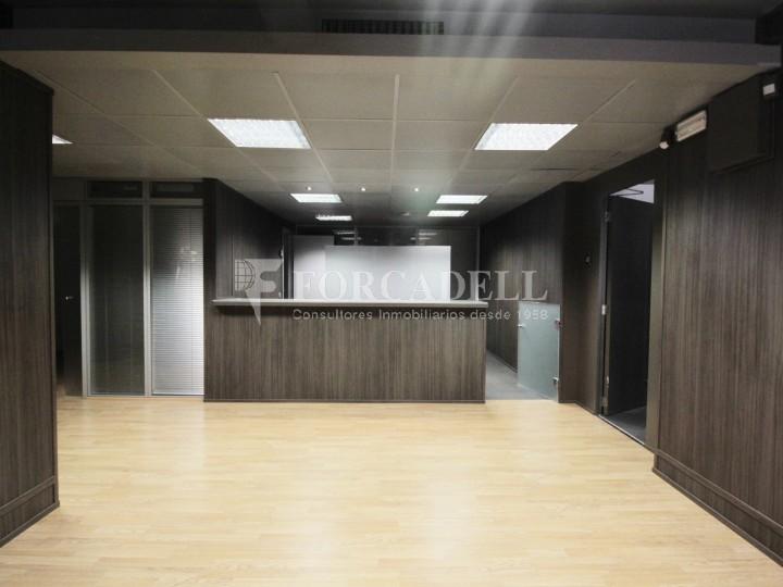 Oficina lluminosa al costat de la pl tetuan c bail n for Oficina treball barcelona