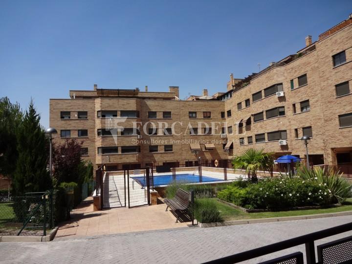 Pis en districte Hospital amb zones comuns i piscina.