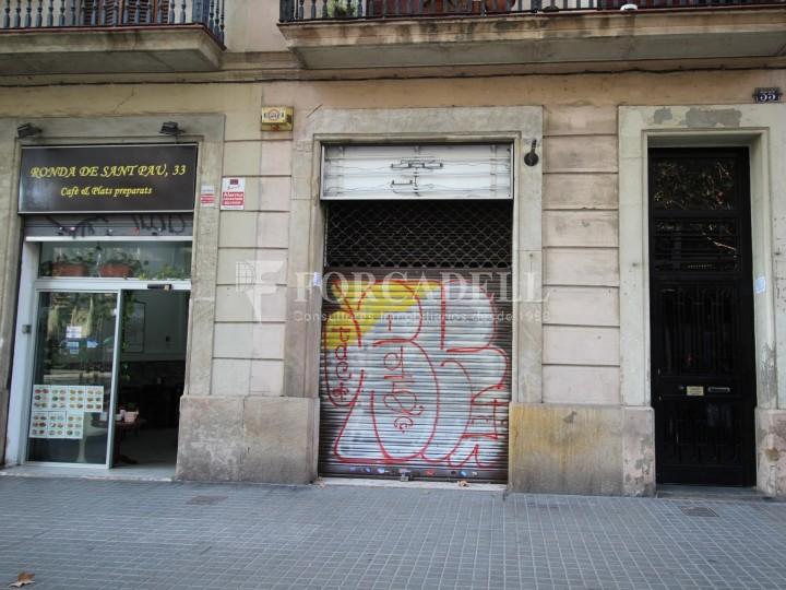 Local en venda al barri de Sant Antoni, situat a Ronda Sant Pau. Barcelona. 13