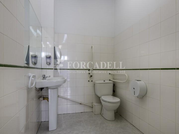 Corner commercial premises for sale in the center of Terrassa. Barcelona. 36
