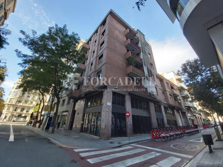 Local comercial cantoner situat al districte de Sarrià - Sant Gervasi, al barri Sant Gervasi - Galvany. Barcelona. 2