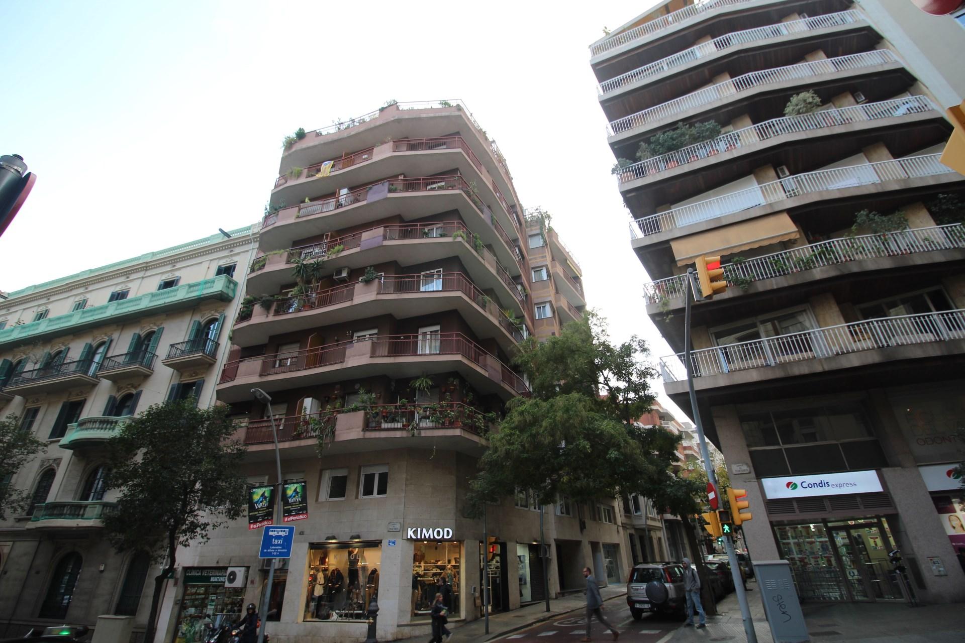 Piso de alquiler de cuatro dormitorios en el barrio de for Busco piso alquiler barcelona