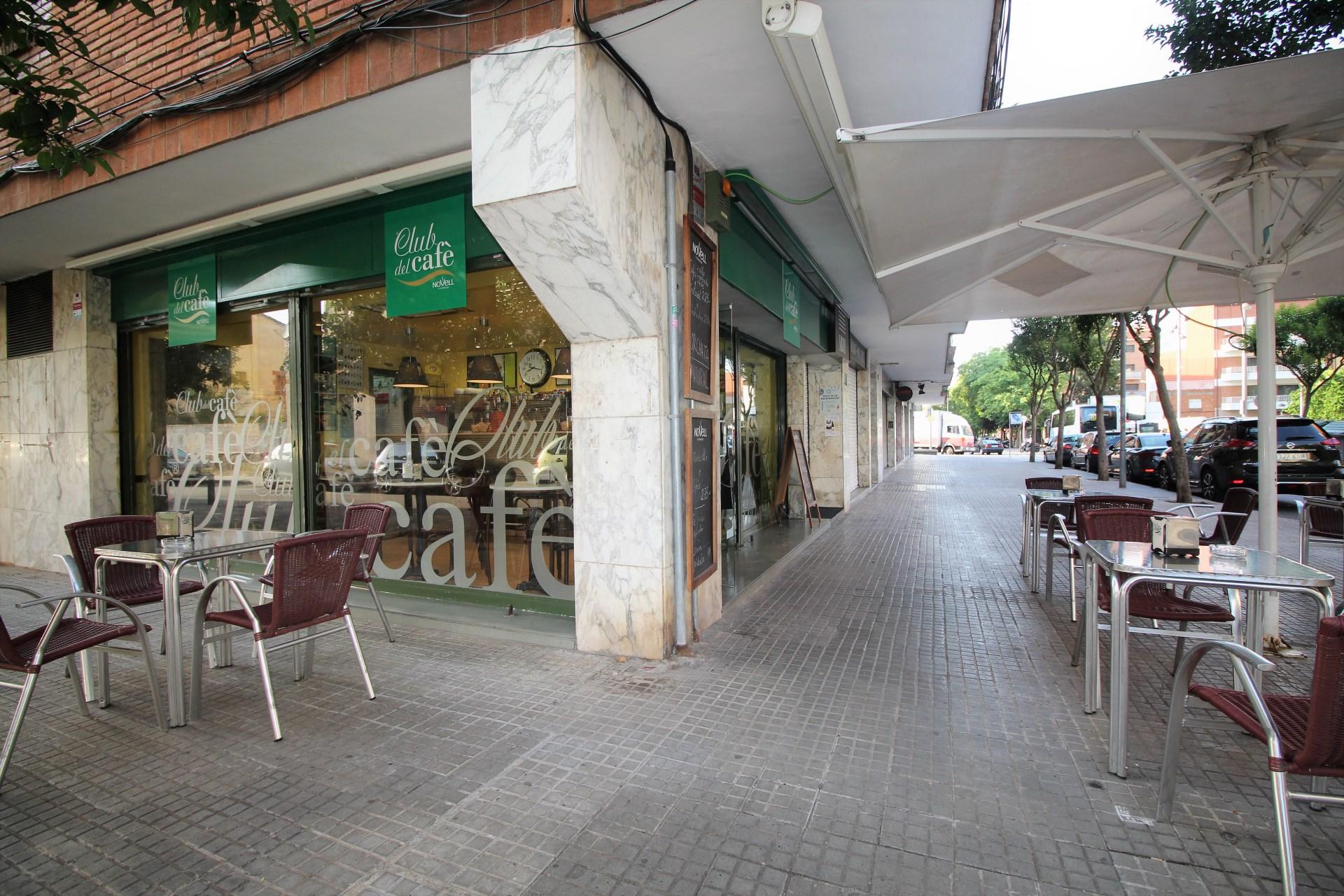 Local comercial esquinero situado en la calle sant josep for Ofertas de trabajo en gava