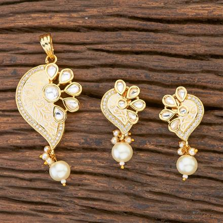300607 Kundan Delicate Pendant Set With Gold Plating
