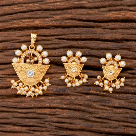 300650 Kundan Delicate Pendant Set With Gold Plating