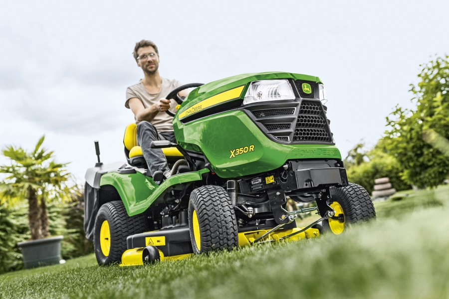 The John Deere X350R lawn tractor features a 107cm (42in) rear discharge