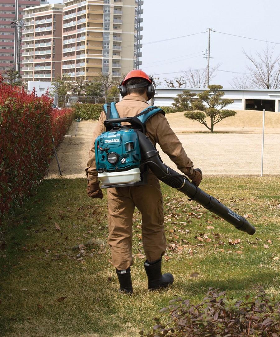 Makita's new 4-stroke back-pack blower has more air flow volume