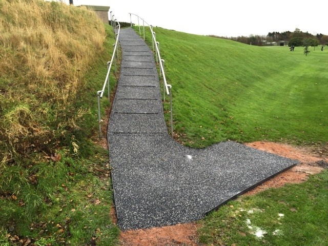 Trailflex improves grip for steep golf club path
