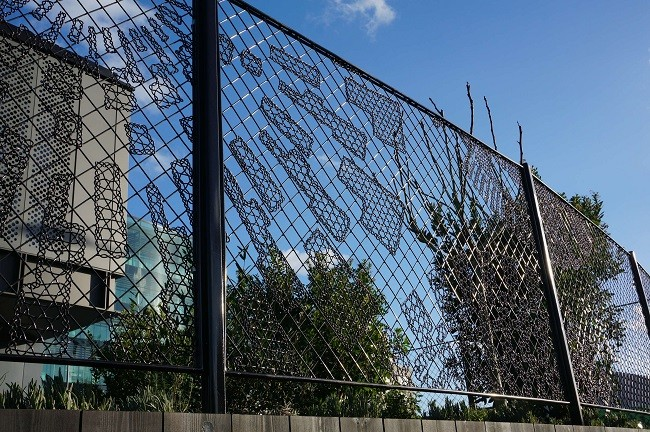 New graphic fences from woven steel in Kings Cross