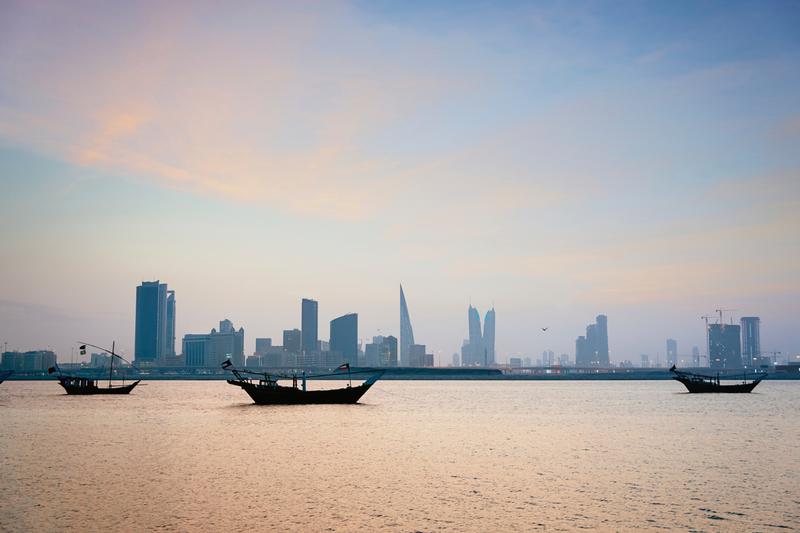Traditionelle Dhaus vor der Skyline von Manama