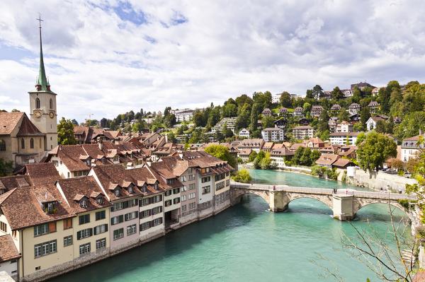 Blick über die Aare auf die Altstadt und das Berner Münster