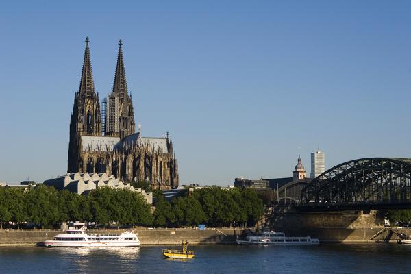 Blick auf den Kölner Dom mit Hohenzollernbrücke