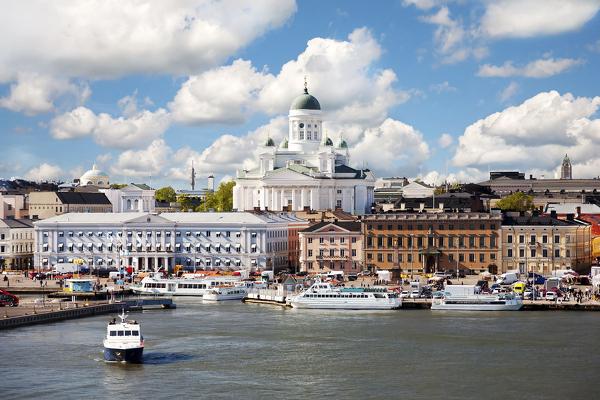 Helsinkis Südhafen mit Stadthaus und Dom