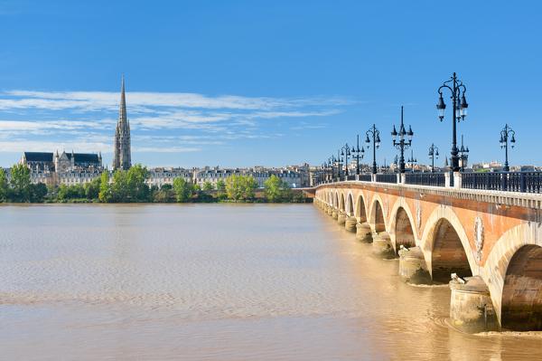 Blick auf Bordeaux mit Pont de Pierre